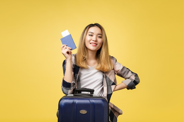 Voyage de femme. jeune belle femme asiatique voyageur tenant un passeport