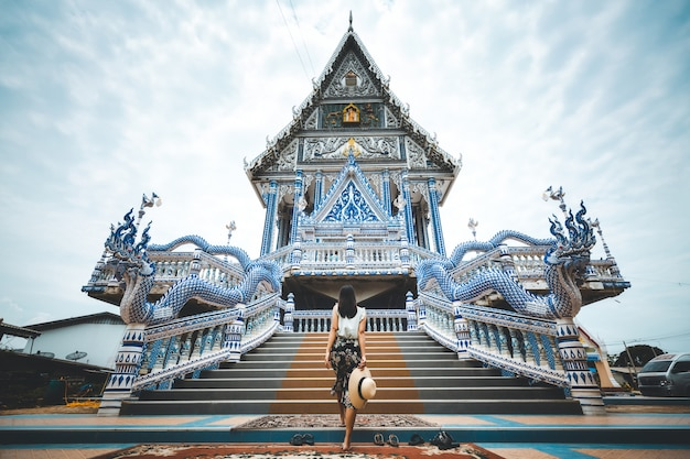 Voyage femme et temple thaïlandais