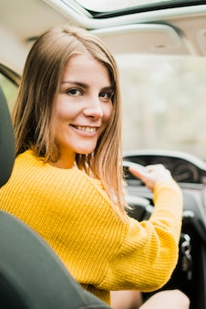 Voyage femme en voiture