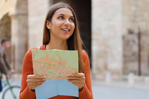 Voyage fille visitant la ville avec carte dans ses mains