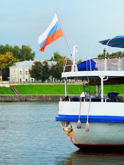 Voyage fluvial sur fond de russie
