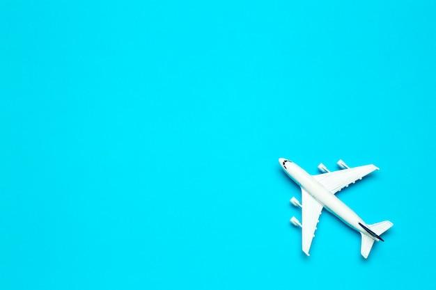 Voyage fond minimal. maquette d'avion en vol sur un fond de couleur vide. espace copie