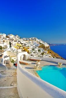 Voyage en grèce. merveilleuses vacances sur l'île de santorin. complexe de luxe avec piscine dans le village d'oia