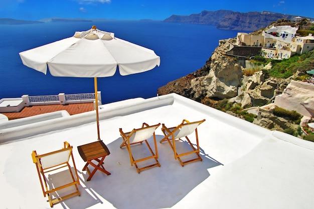 Voyage en grèce. merveilleuses vacances sur l'île de santorin. complexe de luxe avec vue sur la caldeira.