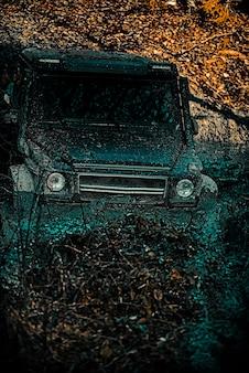 Voyage hors route sur une piste de route de montagne sur boue x tout-terrain suv voiture tout-terrain expédition de voiture tout-terrain...