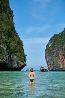Voyage île bleu gingembre debout