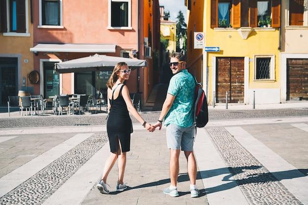 Voyage en italie. amoureux de vérone avec des rues italiennes et un café en arrière-plan.