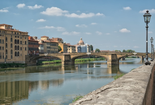 Voyage en italie - fleuve arno avec ponte alla carraia dans la ville de florence
