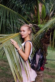 Voyage de jeune femme élégante heureuse posant dans la nature