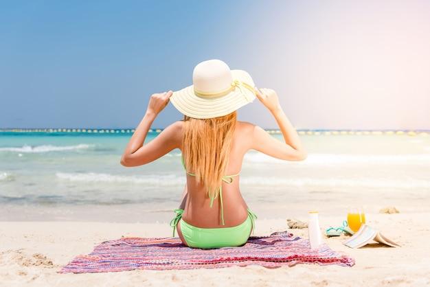 Voyage en maillot de bain jolie vacances corporelles