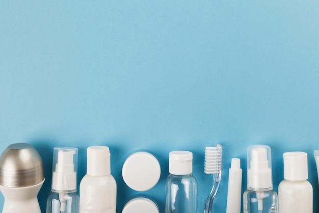 Voyage petite bouteille sur fond bleu. vue de dessus, espace de copie
