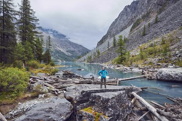 Voyage à pied dans les vallées de montagne. la beauté de la faune. altai, la route des lacs shavlinsky. une randonnée