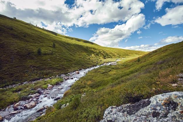 Voyage à pied dans les vallées montagneuses