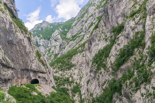 Un voyage pittoresque sur les routes du monténégro parmi les rochers et les tunnels