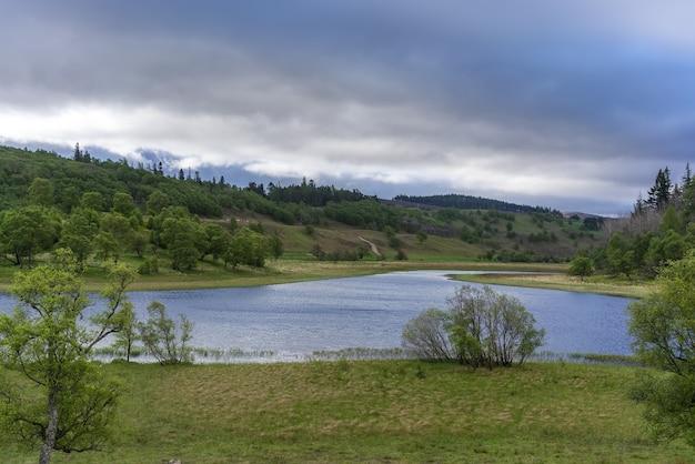 Voyage sur la route de beaux paysages d'aviemore à kinloch laggan, ecosse