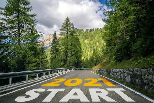 Voyage sur la route du nouvel an 2021 et concept de vision future