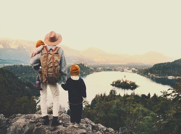 Voyage slovénie avec enfants voyage en famille europe randonneuse avec enfants sur le lac de bled