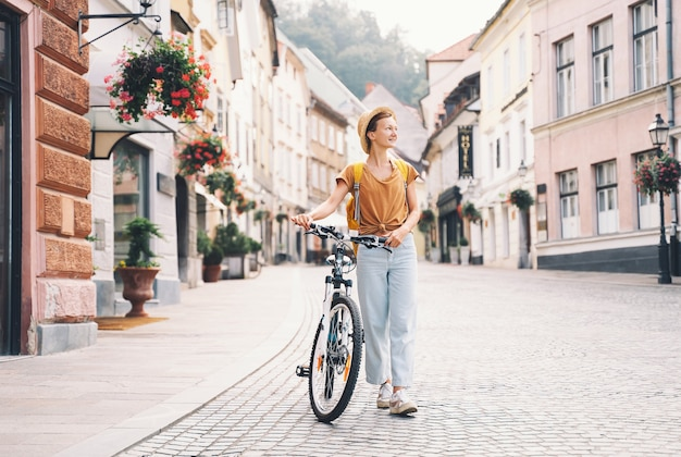 Voyage slovénie europe voyageur femme explore les sites de la ville européenne de la vie locale à ljubljana
