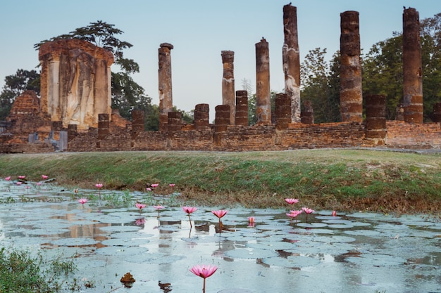 Voyage en thaïlande et concept de vacances. religion, art et culture. vue panoramique de l'ancien monument dans les temples de wat chetuphon sud à sukhothai, l'ancienne ville asiatique au patrimoine bouddhiste.