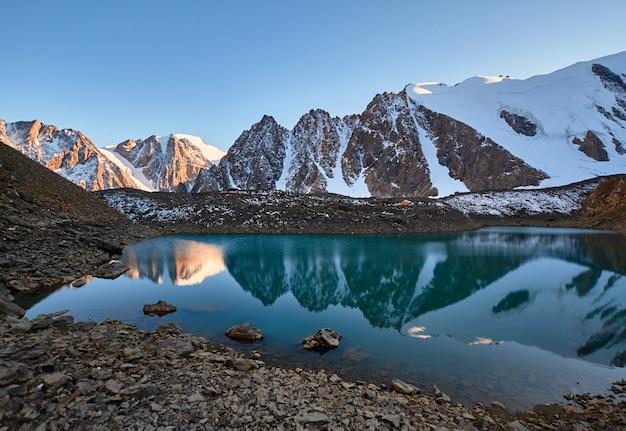 Voyage à travers les montagnes de l'altaï jusqu'à aktru. randonnée