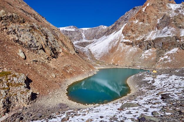 Voyage à travers les montagnes de l'altaï jusqu'à aktru.