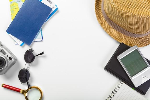 Voyage, vacances d'été, tourisme et concept d'objets