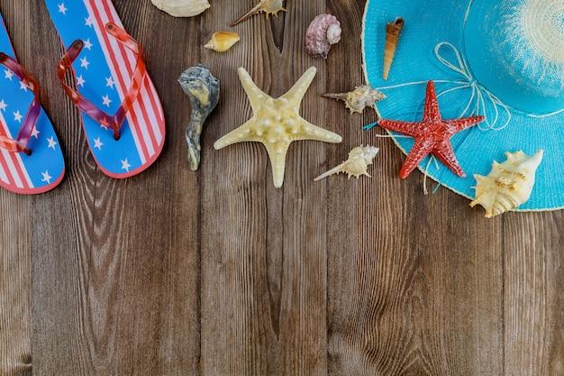 Voyage de vacances pendant avec des coquillages sur des tongs contre le repos sur le chapeau de plage relaxant