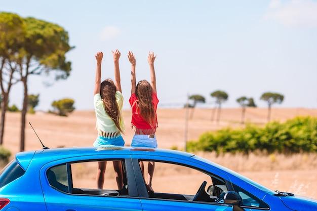 Voyage en voiture d'été et jeune famille en vacances