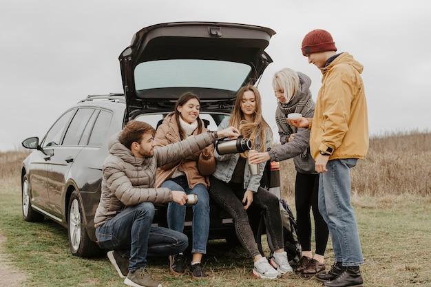 Voyage en voiture à faible angle avec un groupe d'amis
