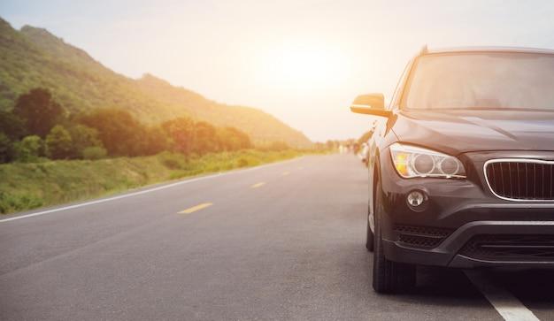 Voyage en voiture garée sur road trip