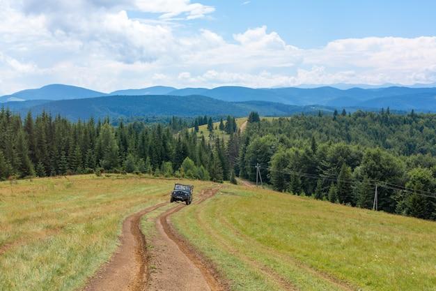 Voyage en voiture de montagne en jeep. paysages des highlands.