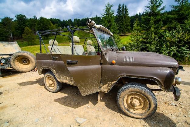 Voyage En Voiture De Montagne En Jeep. Paysages Des Highlands. Photo Premium