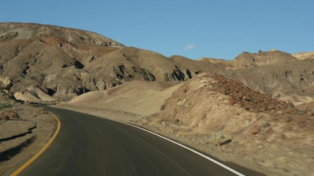 Voyage en voiture à la palette d'artistes de la vallée de la mort conduire californie etats-unis auto-stop voyager en amérique autoroute montagnes nues colorées et climat aride vue sauvage du voyage en voiture au nevada