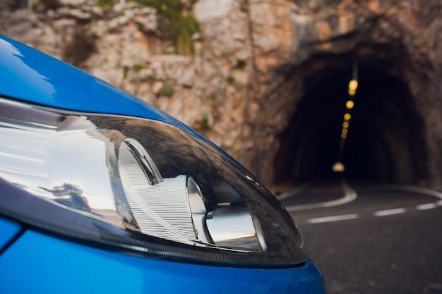 Voyage en voiture. la voiture s'est garée sur le bord de la route, devant la montagne avec des nuages.
