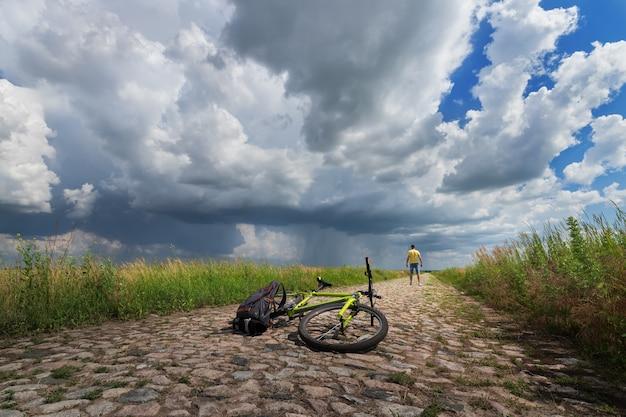 Voyageant à vélo, un homme regarde un orage