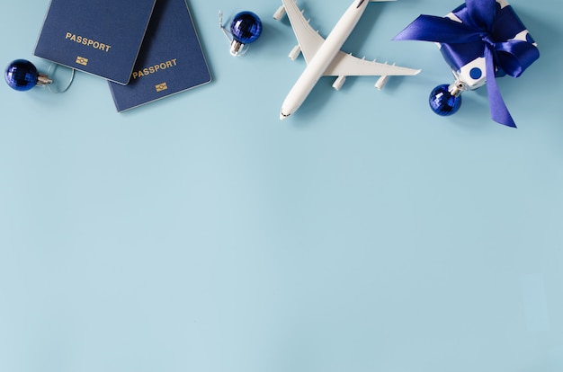 Voyager en cadeau. avion jouet avec passeports et boîte-cadeau.