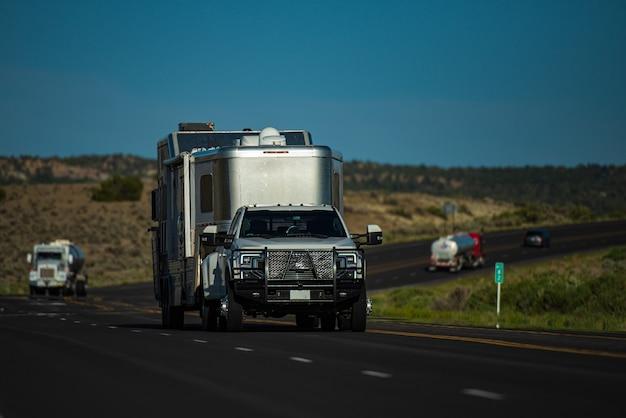 Voyager en camping-car. à la découverte des états-unis. voyage de vacances en famille rv, vacances de voyage de vacances. camping-car, caravane sur une route.