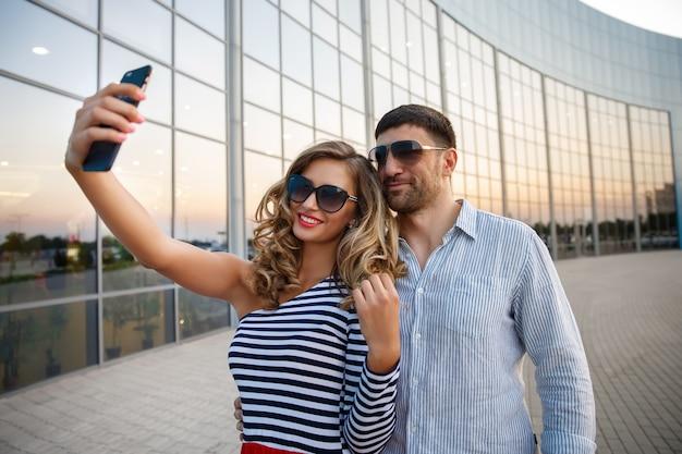 Voyager, couple, prendre photo, à, téléphone portable