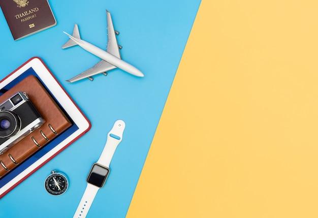 Voyager gadgets et objets vue de dessus pour les voyageurs d'affaires sur l'espace de copie jaune bleu