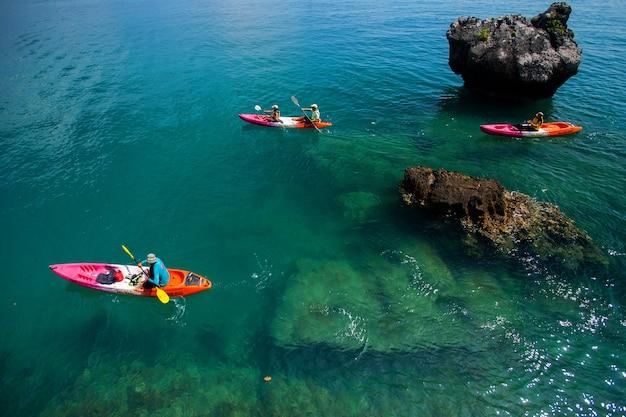 Voyager en kayak sur la mer à la journée ensoleillée. province de krabi en thaïlande