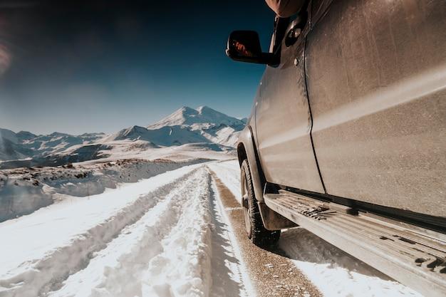 Voyager en voiture hors route. suv dans les montagnes.