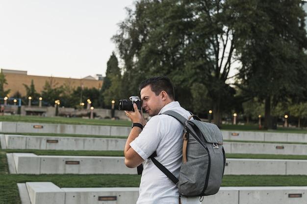 Voyageur adulte prenant des photos en vacances