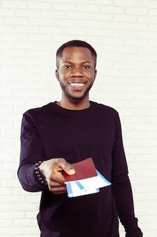 Voyageur d'affaires africain avec billet et passeport