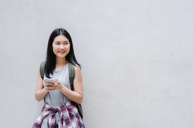 Voyageur asiatique femme sur la carte de localisation à pékin, chine
