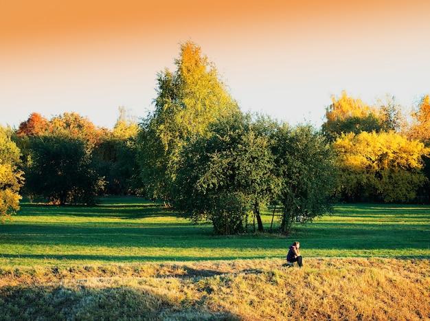 Voyageur assis en arrière-plan de paysage de parc d'automne