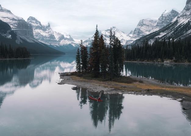 Voyageur canoë à spirit island sur le lac maligne au parc national jasper