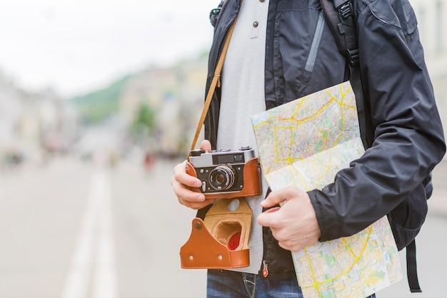 Voyageur avec carte et caméra sur la rue