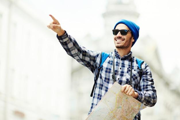 Voyageur avec carte