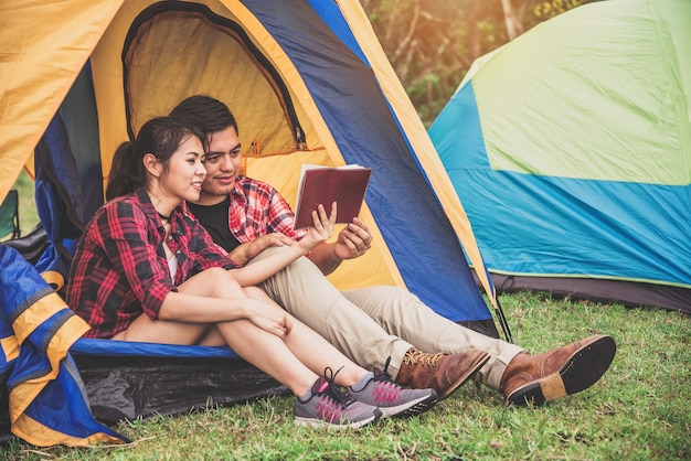 Voyageur de couple assis dans la tente