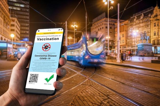 Un voyageur détient un certificat de passeport vaccinal pour montrer son statut vaccinal contre le covid 19